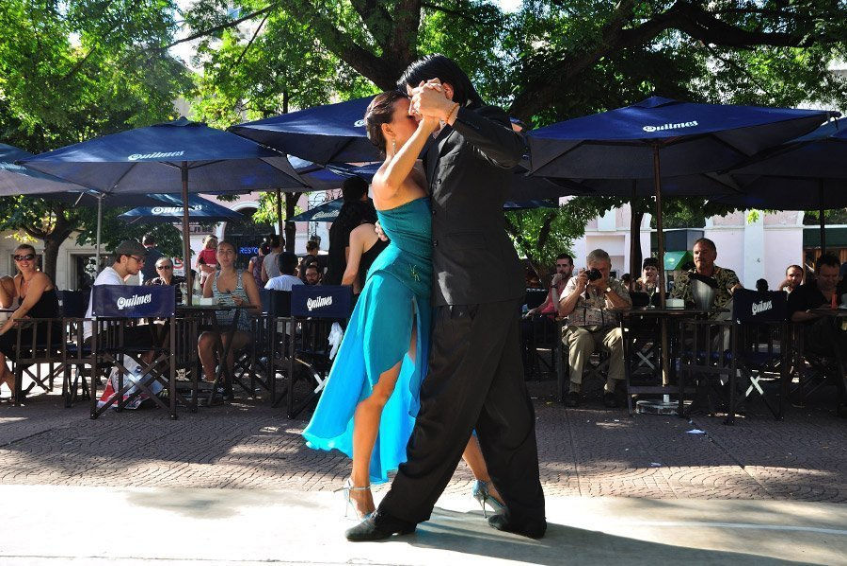 Bailarines en la Plaza Dorrego
