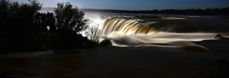 Cataratas de Iguazú con luna llena
