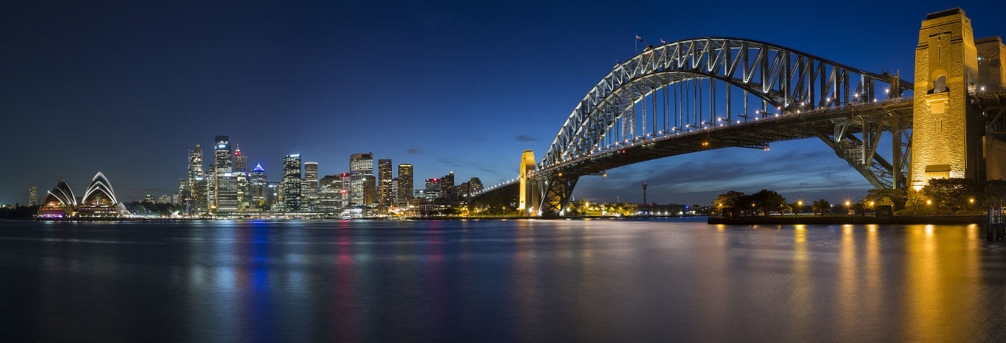 Arrampicata sul Sydney Harbour Bridge di sera