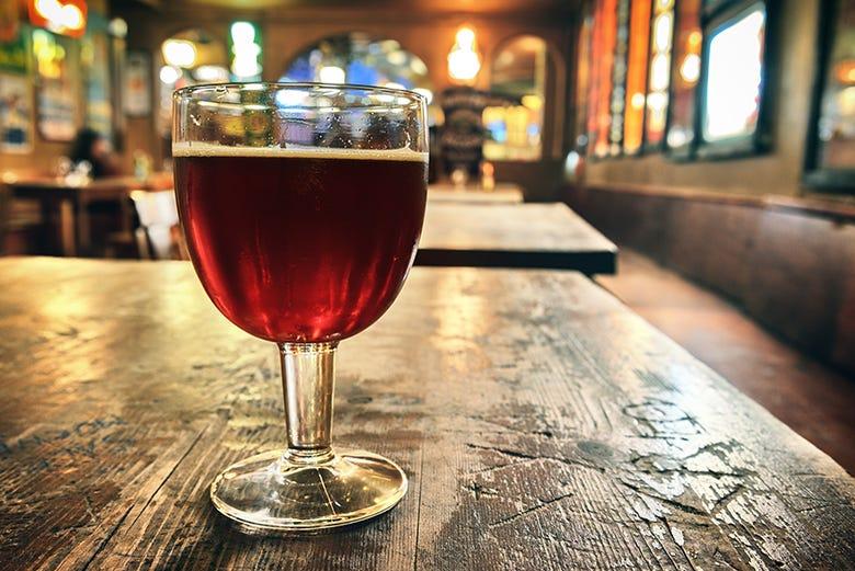 Disfrutando de una cerveza belga