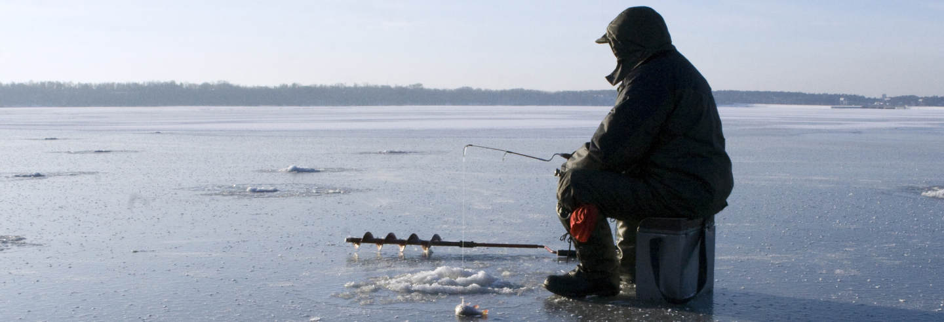 Pesca sul ghiaccio nel Grande Lago degli Schiavi