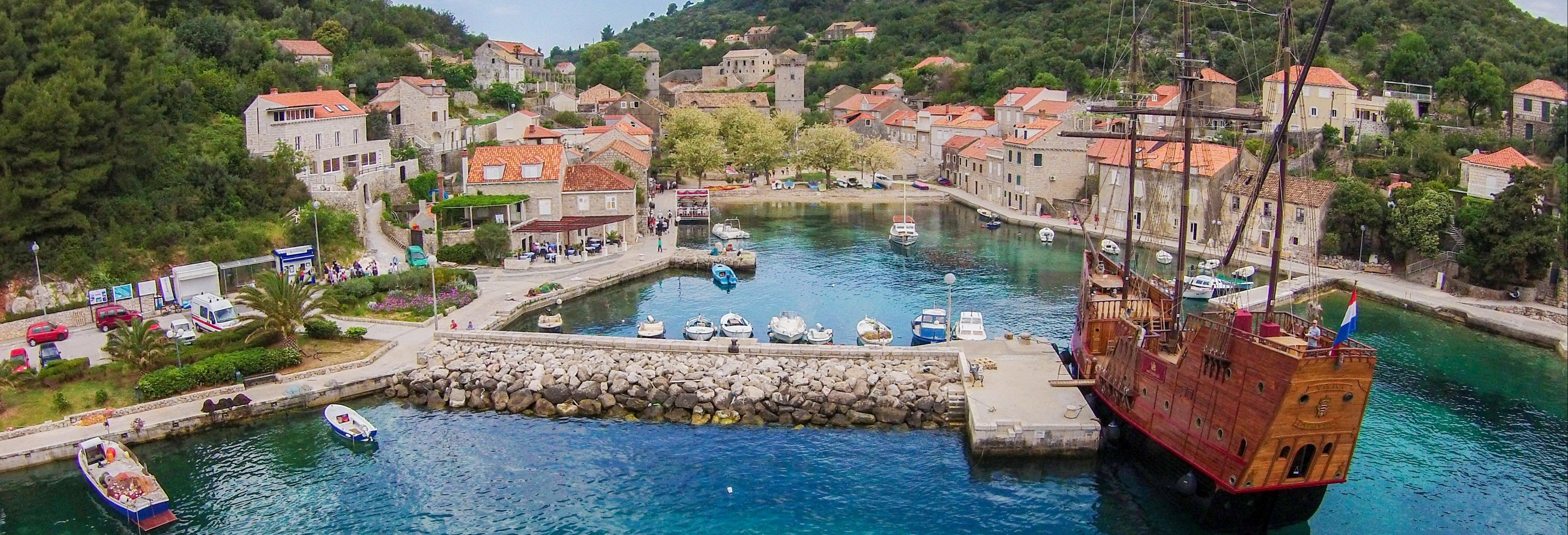 Paseo en barco antiguo por las islas Elafitas