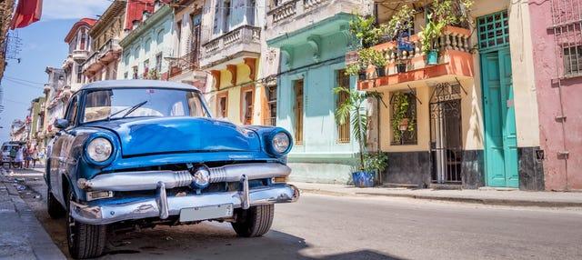 Paseo en coche clásico descapotable por La Habana