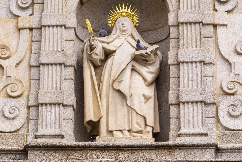 Escultura de Santa Teresa de Jesús en Ávila