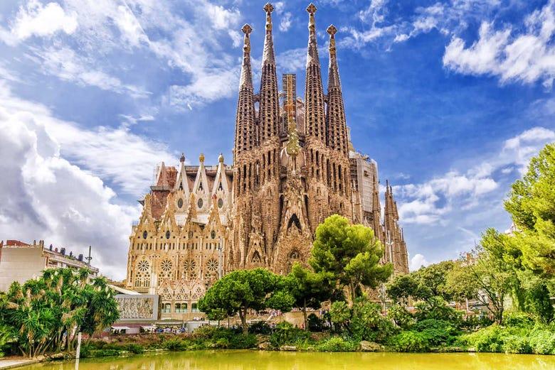De mest kända byggnaderna i Barcelona, arkitektur, antoni gaudi, sagrada familia, casa mila, casa batllo, tibidabo, parc guell, Enastående skönhet