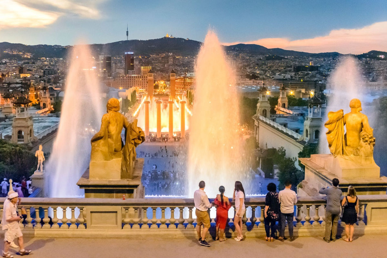 Tour nocturno por barcelona y fuente m gica de montjuic for Espectaculo fuentes de montjuic