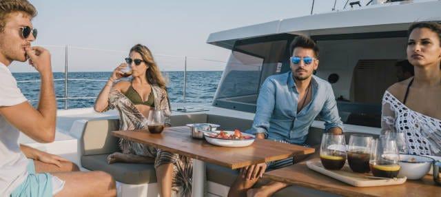 Paseo en catamarán con cena