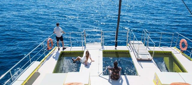 Giro in catamarano con musica live a Barcellona