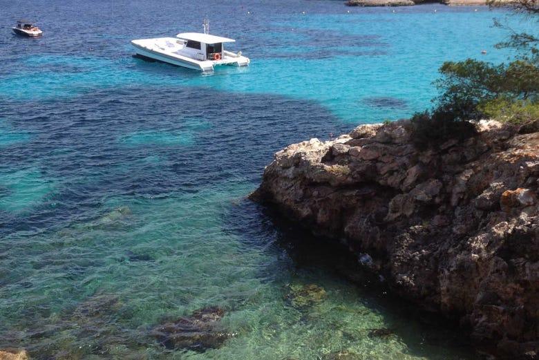 Excursion à la crique de La Granadella en catamaran + Déjeuner