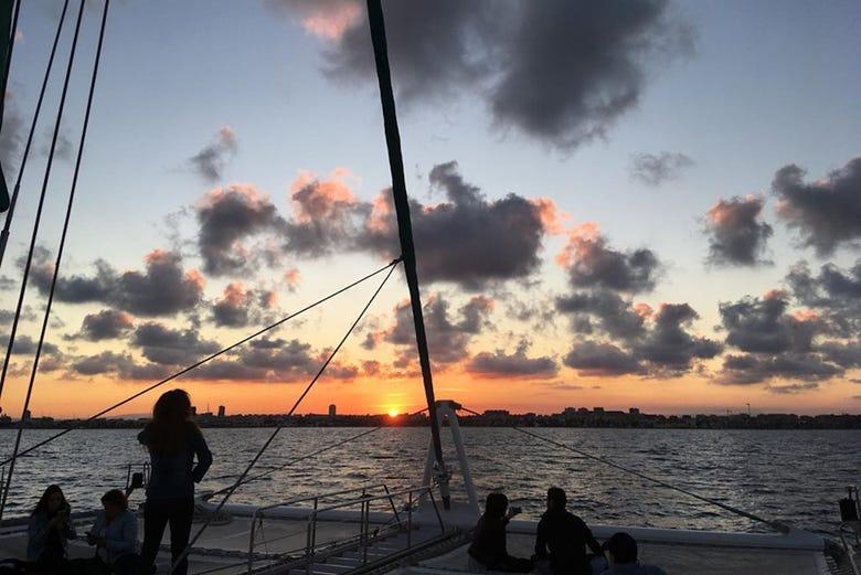 Balade en catamaran au coucher de soleil