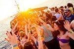 Festa em barco ao entardecer e discoteca