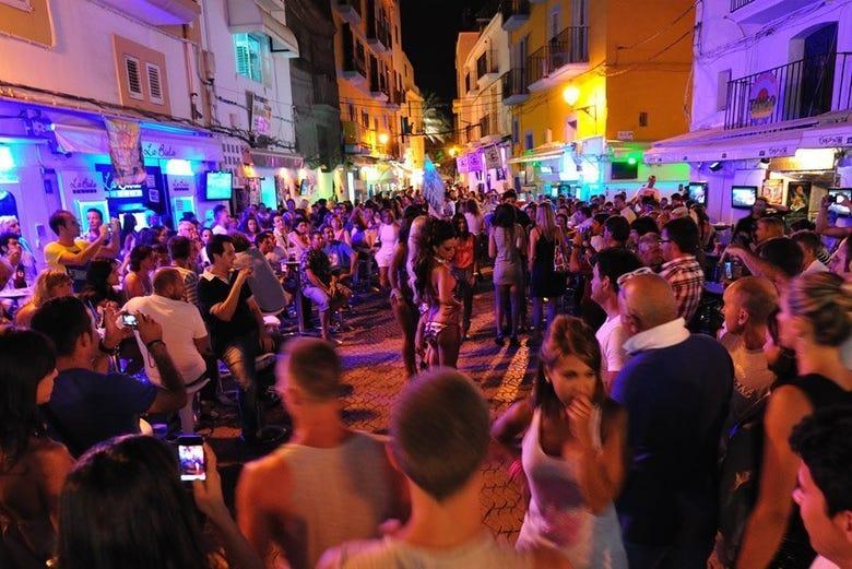 Ambiente nocturno en el puerto de Ibiza