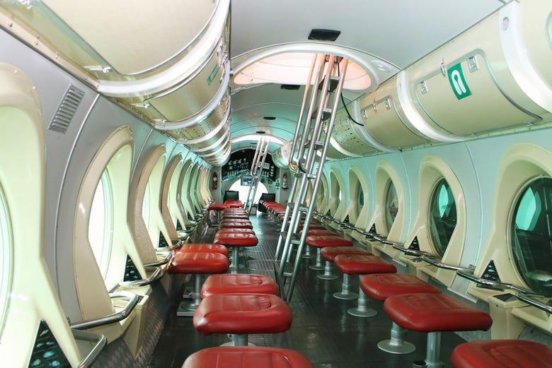 Paseo en submarino por puerto calero lanzarote for Interior submarino