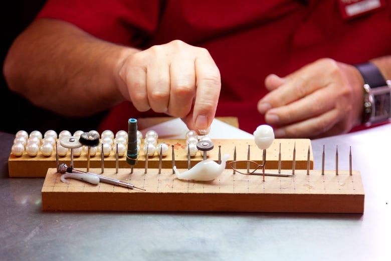 Elaboración de perlas en la fábrica Majorica