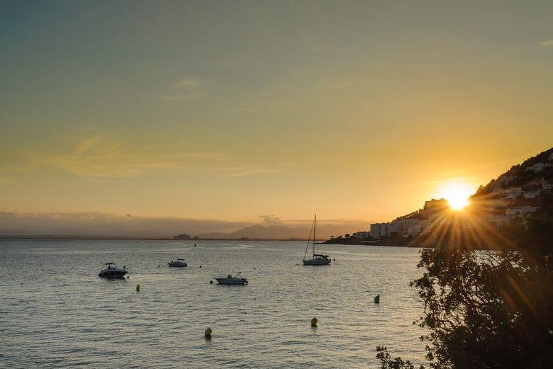 Balade en catamaran dans la baie de Rosas au coucher de soleil
