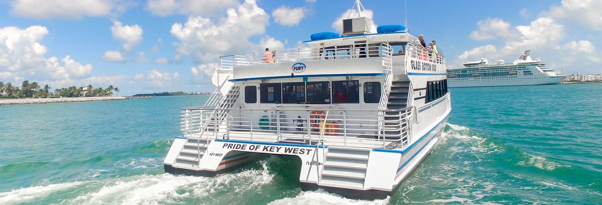 Passeio de barco com chão de vidro