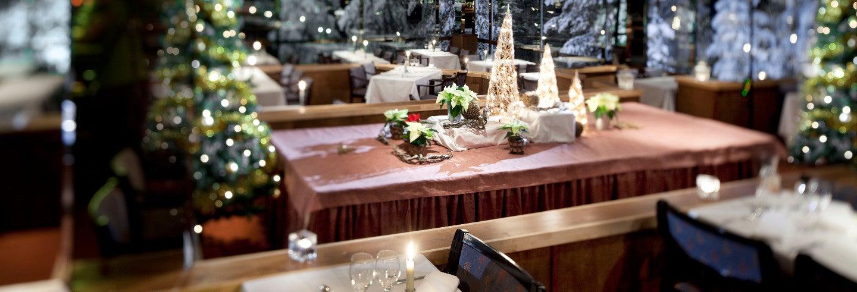 Cena bajo la aurora boreal