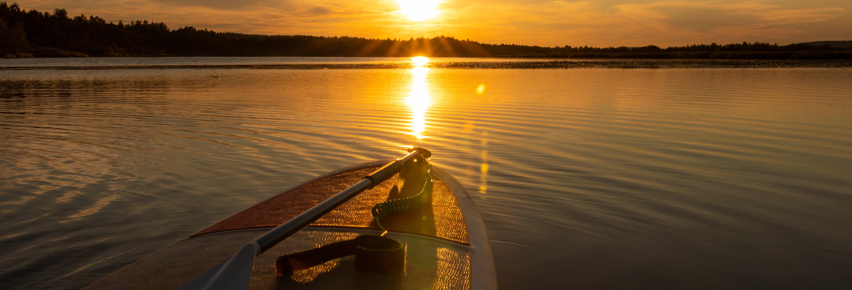 Paddle surf sous le soleil de minuit