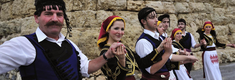 Espetáculo de dança grega no Teatro Dora Stratou