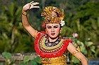 Bailarina con traje tradicional