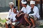 Jóvenes con ropa tradicional