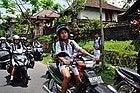 Niños conduciendo motos en Bali