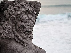 Estatua en Tanah Lot