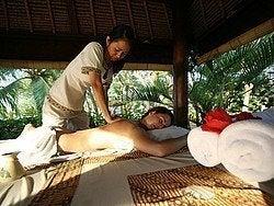 Disfrutando de un masaje balinés