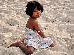 Niña en la playa de Jimbaran