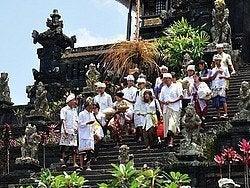 Saliendo del templo