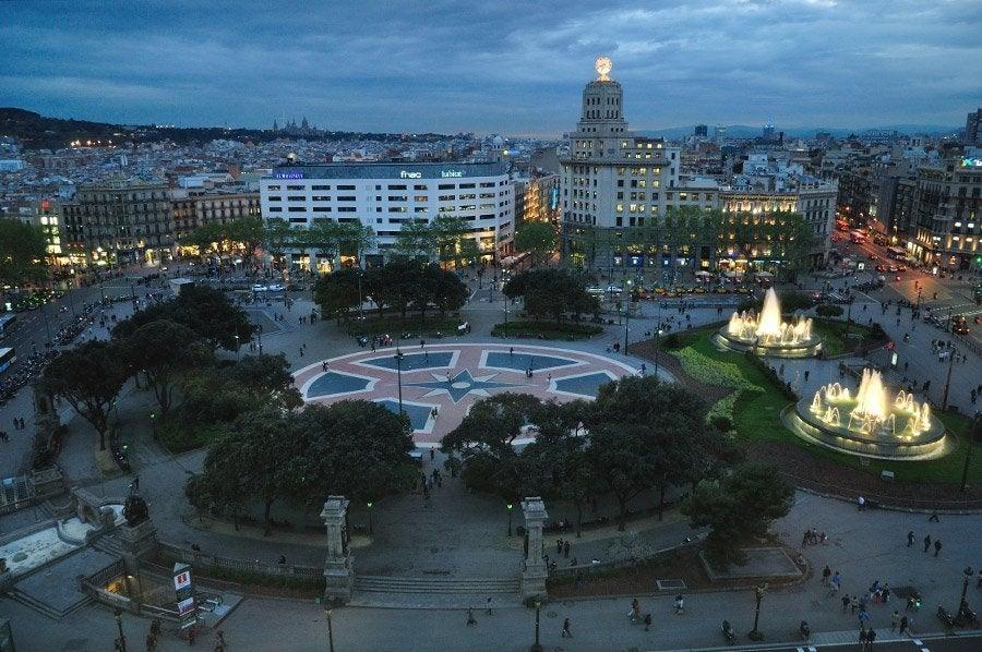 Pla a de catalunya la piazza pi famosa di barcellona for Ostelli barcellona centro economici