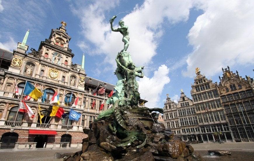 Estatua de Brabo y Ayuntamiento de Amberes