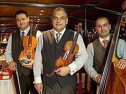 Músicos durante la cena en barco