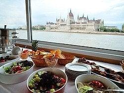 Buffet durante el paseo en barco con comida