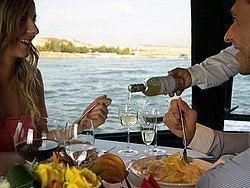 Pareja disfrutando de la comida en barco