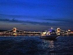 Recorriendo el Danubio al anochecer