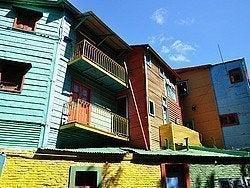 Barrio de La Boca y sus coloridos edificios