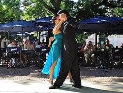 Bailarines de tango en la Plaza Dorrego