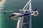 Helicóptero sobrevolando Dubai