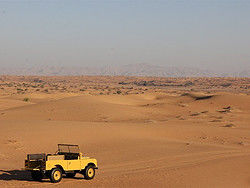 Recorriendo el desierto en un Land Rover histórico