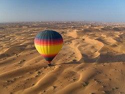 Globo aerostático en el desierto de Al Ain