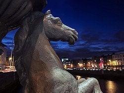 Estatua junto al río Liffey