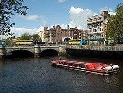 Recorriendo el río Liffey en barco