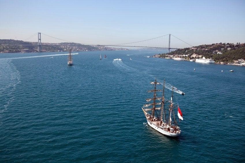 Barcos recorriendo el Bósforo
