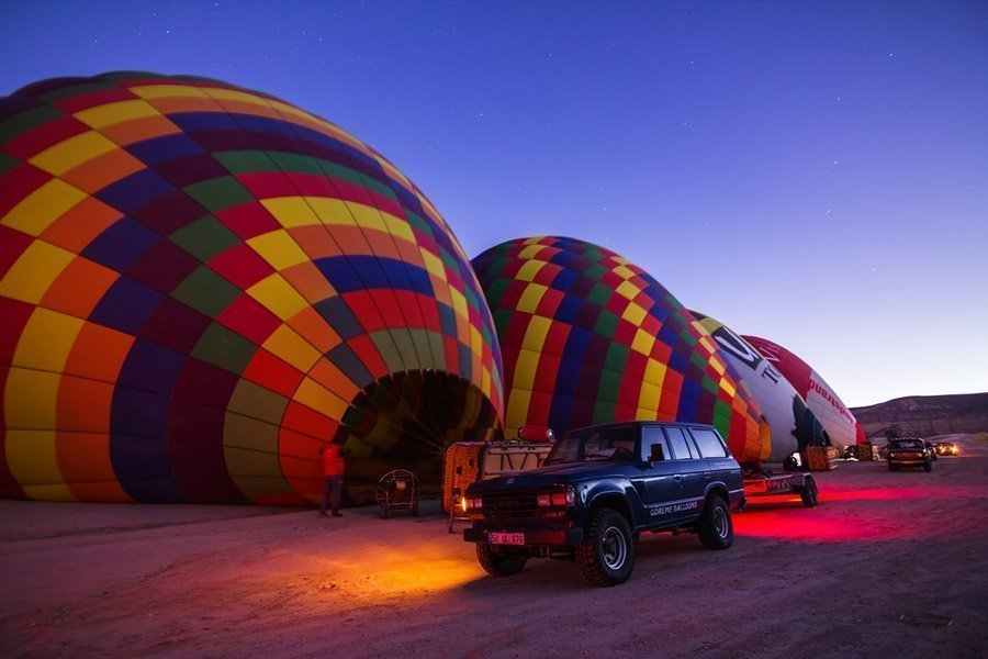 Inflando el globo al amanecer