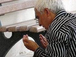 Rezando en la entrada de la mezquita