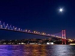 Puente del Bósforo iluminado