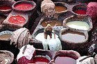 Curtidores en Fez, elaborando el cuero