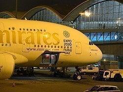 Avión de Emirates en el Aeropuerto de Hong Kong