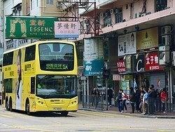 Autobús recorriendo la isla de Hong Kong